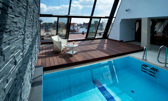 Hotel Hilton Gdańsk, Polska - Basen na dachu z miejską plażą