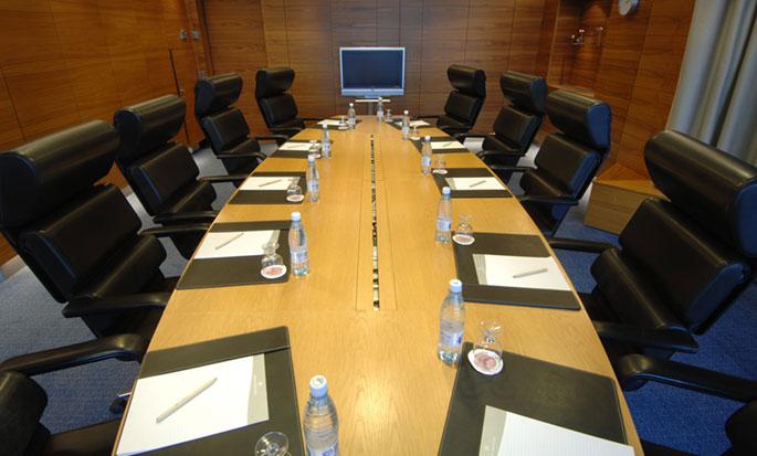 Hilton Helsinki Strand, Finnland – Konferenztisch im Boardroom