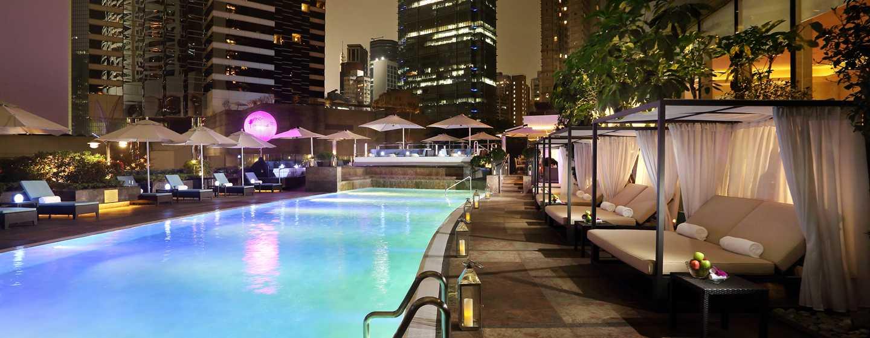 Schwimmen im beheitzten Außenpool zwischen den Wolkenkratzern Hong Kongs