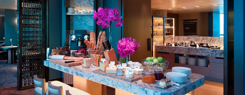 Das täglich frische Frühstück wird den Gästen der Executive Zimmer und Suiten in der Lounge im 59. Stockwerk serviert