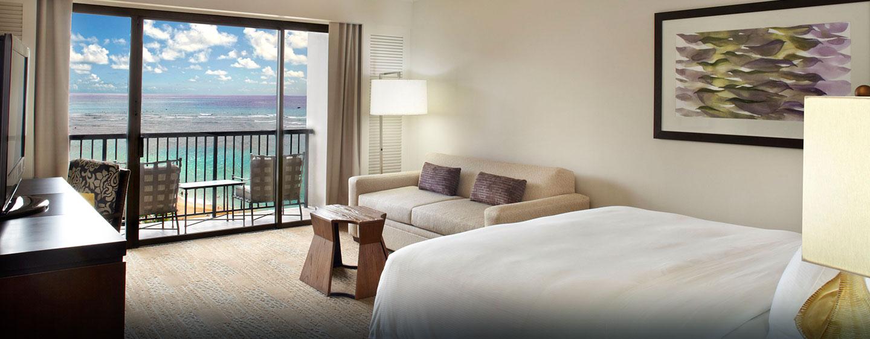 Das Zimmer ist mit einem bequemen Bett ausgestattet und bietet Ihnen einen wunderschönen Blick aufs Meer