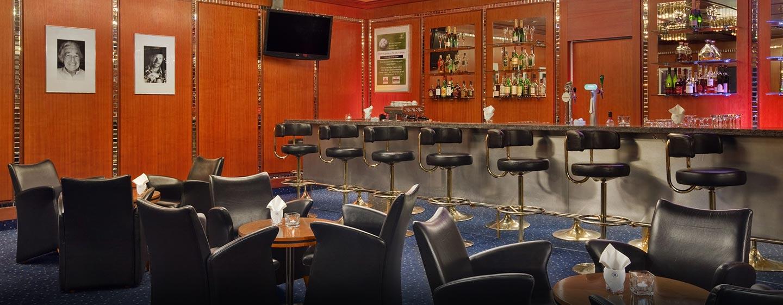 Die Bar im Hotel bietet den Gästen Drink und Snacks an