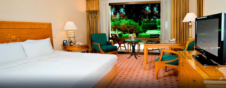 Das Zimmer mit King-Size-Bett hat direkten Zugang zum angrenzenden Park