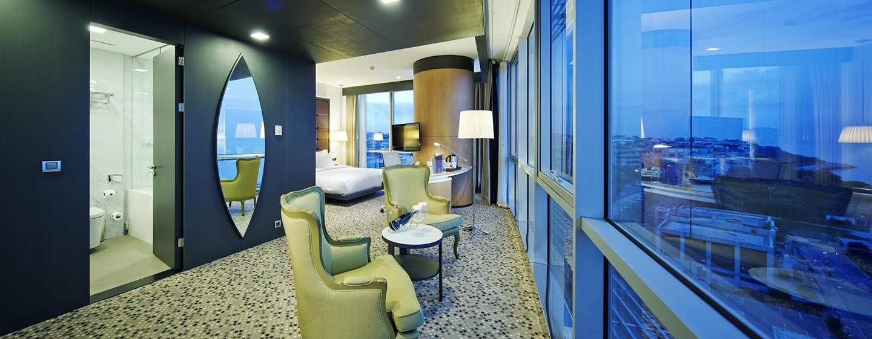 Doubletree by Hilton Istanbul – Moda – Suite mit King-Size-Bett und Wohnzimmer