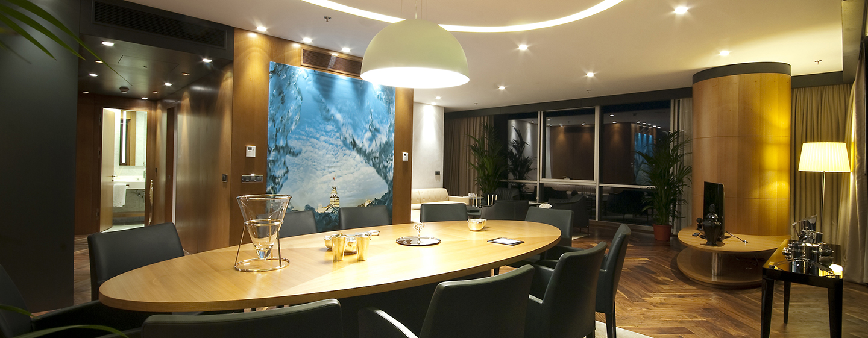 Doubletree by Hilton Istanbul – Moda – Tische und Stühle der Präsidenten Suite