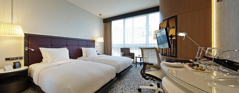 Bequeme Betten und ein großer Arbeitsbereich in den Zweibettzimmern