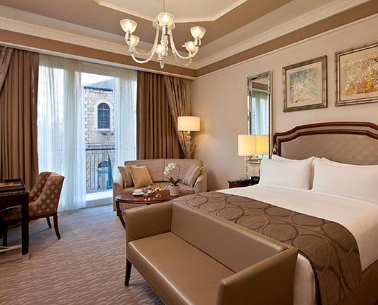 Hôtel Waldorf Astoria Jerusalem, Israël - Chambre de luxe avec très grand lit et balcon