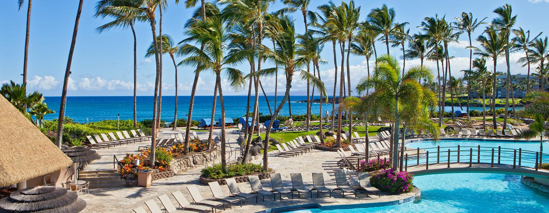 Der große Pool im Resort ist nur wenige Meter vom Meer entfernt