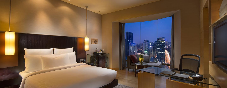 Entspannen Sie im schönen Zimmer mit großartigen Ausblick auf die Stadt