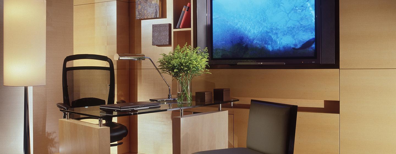 Erledigen Sie im Deluxe Zimmer am Schreibtisch Ihre Arbeit oder entspannen Sie bei einem Film auf dem großen Fernseher