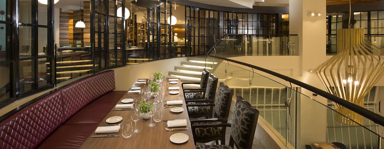 Genießen Sie köstliche Speisen auf dem Balkon des Restaurants GRAZE