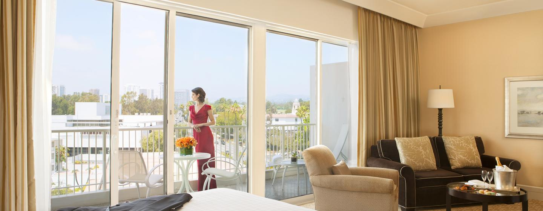 Genießen Sie den Ausblick vom privaten Balkon des Zimmer im Wilshire Tower