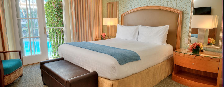 Das helle Zimmer im The Beverly Hilton verfügt über ein großen King-Size-Bett