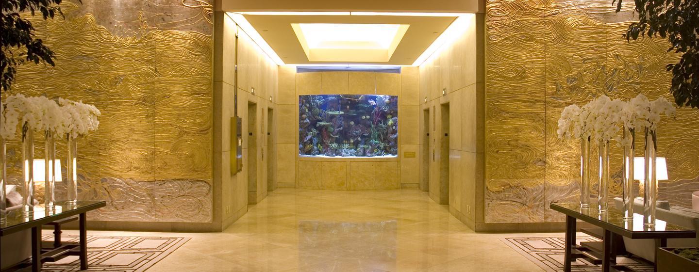 Der prungvolle Eingangsbereich ist für das Hotel repräsentativ