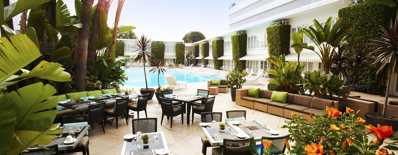 Im schönen Außenbereich des Hotels, können Sie sich direkt am Pool leckere Drink und Snacks schmecken lassen