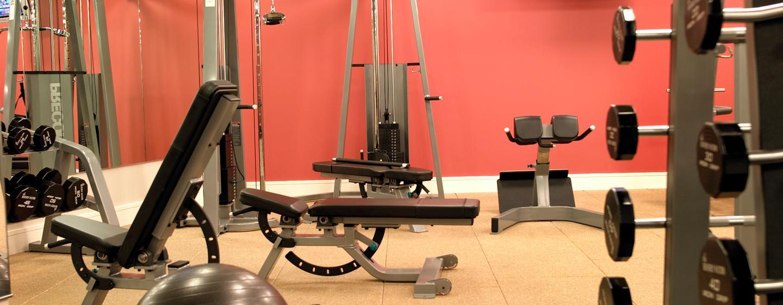 Tranieren Sie mit den Hanteln oder mit anderen Geräten im großen Fitness Center