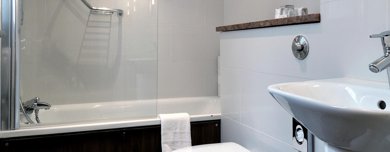 Die Badezimmer sind mit einer Badewanne ausgestattet