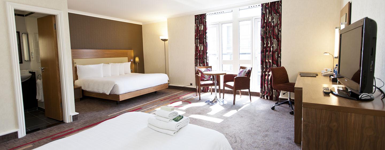 Im Zimmer mit King-Size-Bett und Sofa-Bett können auch mehr als zwei Gäste hohen Schlafkomfort genießen