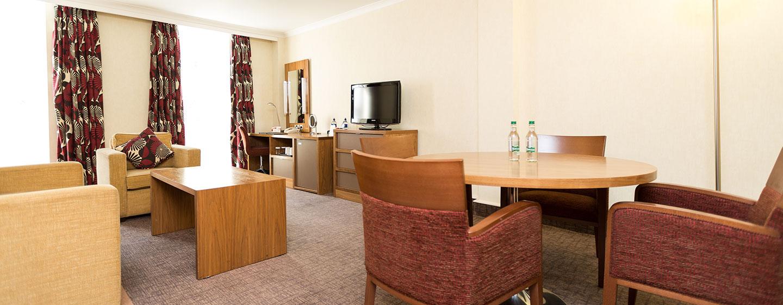 Relaxen Sie im klassischen Wohnbereich der Junior Suite