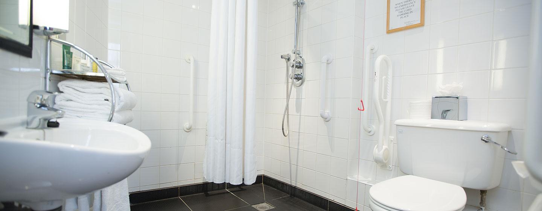 Den Gästen im barrierefreien Zimmer steht auch ein passendes Badezimmer zur Verfügung