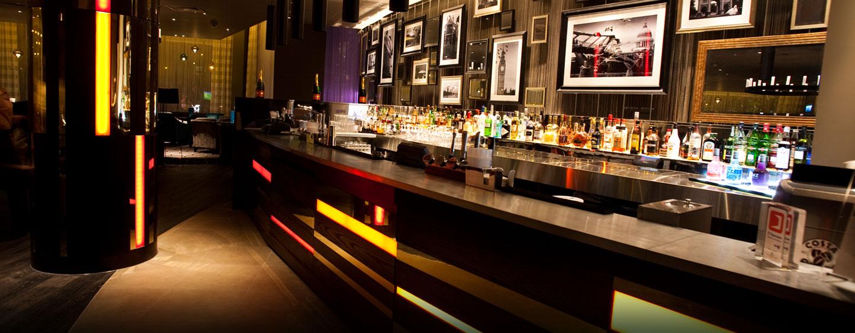In der schönen Bar werden Ihnen Drink und kleine Snacks angeboten