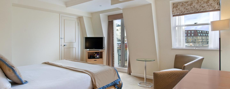 Das stilvolle Zimmer, im historischen Hotel, verfügt über einen großen Schreibtisch