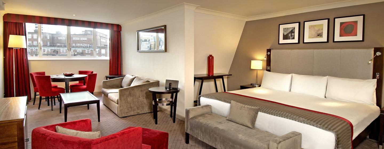 Die Stadthaus-Suite begeistert die Gäste mit separten Wohnbereich mit großem Esstisch