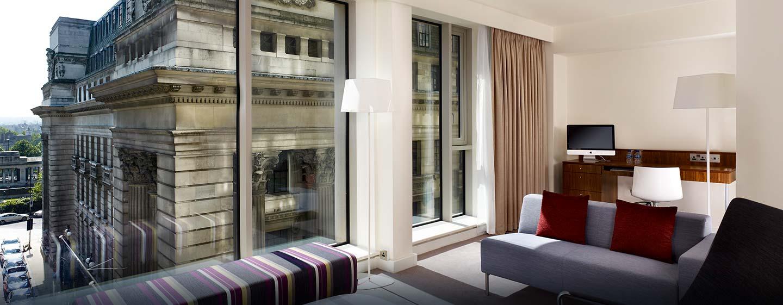 Hôtel DoubleTree by Hilton Tower of London, Londres - Suite avec très grand lit et vue sur la ville