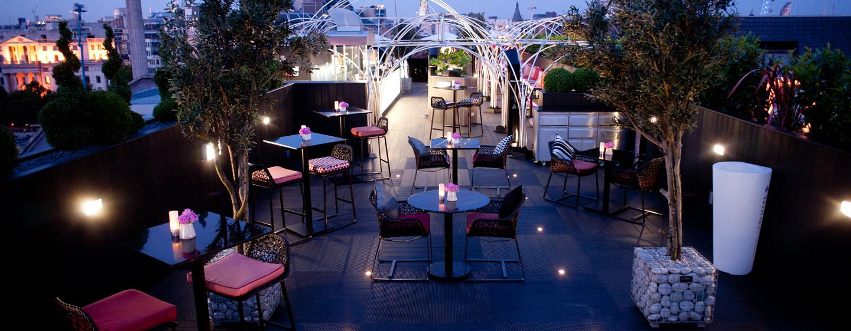 Verbringen Sie einen romantischen Abend bei Kerzenlicht auf der großen Terrasse
