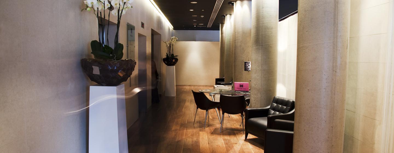Die orginelle Hotellobby ist mit bequemen Sesseln ausgestattet