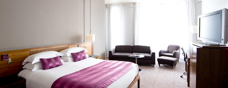 Das moderne und freundliche Zimmer bietet Ihnen auch ein gemütliches Sofa an