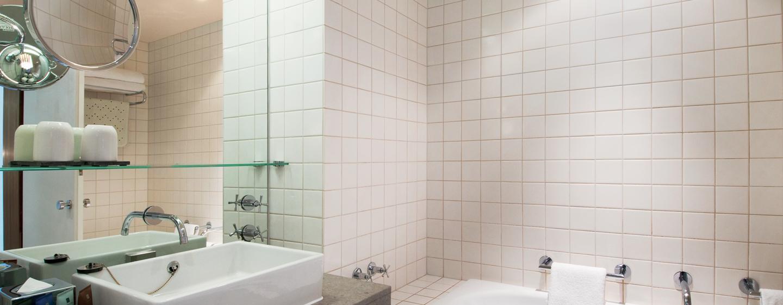 Erfrischen Sie sich im Badezimmer mit Badewanne