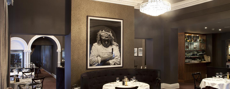 Im Restaurant Marco Pierre White werden Ihnen Steaks und andere gegrillte Speisen angeboten