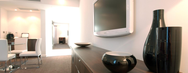 Der große LCD-Fernseher in Ihrem Zimmer verfügt über Satellitenkanäle