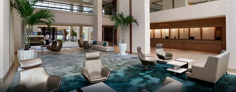 Im großen Eingangsbereich des Hotels können Sie auf den bequemen Sitzmöglichkeiten Platz nehmen