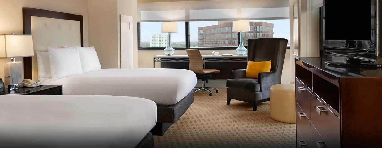 Das moderne Zimmer im Hotel ist mit einem großen Schreibtisch ausgestattet