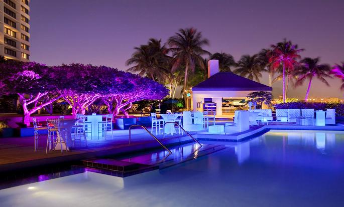 Hotel Hilton Miami Airport Blue Lagoon, Flórida - Piscina ao ar livre, à noite