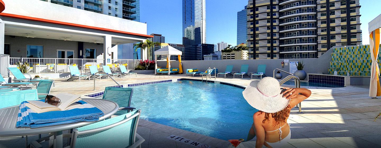 Hotel Hampton Inn & Suites Miami/Brickell-Downtown, FL - Piscina en el último piso