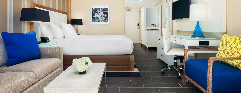 Das Zimmer wurde in hellen und freundlichen Farben gestaltet und verfügt über eine bequemes Sofa