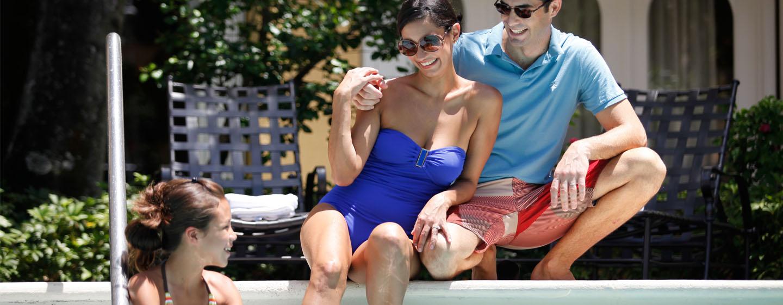 Embassy Suites Miami - Aeroporto Internacional, Flórida - Relaxamento ao lado da piscina