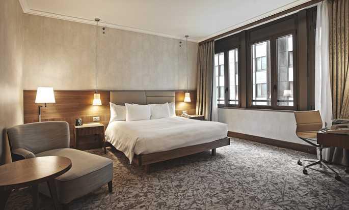 Hilton Milan Hotel, Italien– Deluxe Zimmer mit King-Size-Bett
