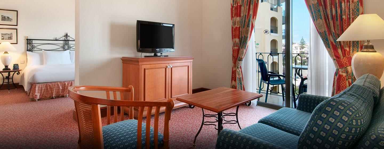 In der großen Junior Suite können Sie sich im Wohnbereich mit Fernseher entspannen