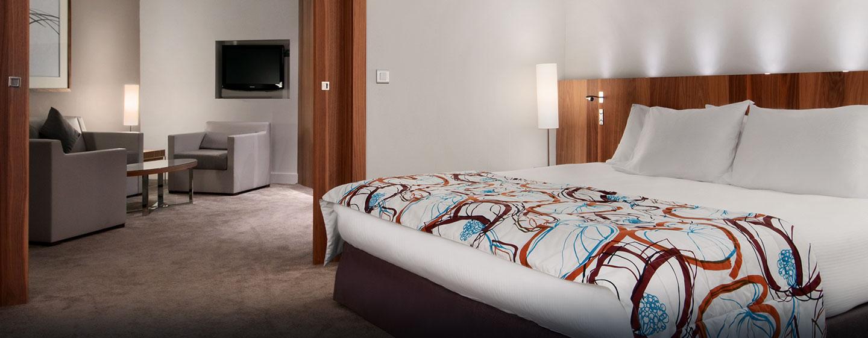 Genießen Sie Schlafkomfort auf dem großen Bett in der Suite