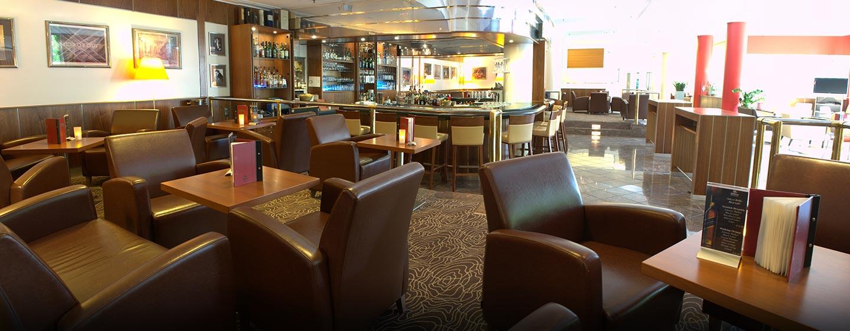 Genießen Sie Snacks und bayrisches Bier in der Hotelbar Metropolis