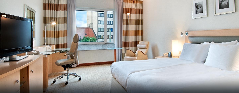 Das helle und geräumige Deluxe Zimmer ist mit King-Size-Bett und WLAN ausgestattet