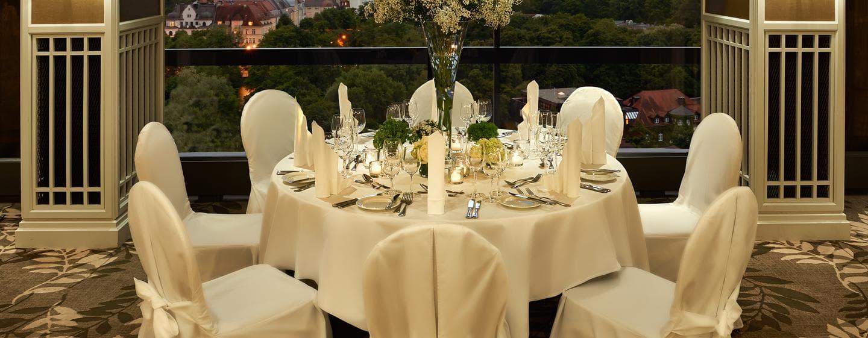Prungvoll geschmückte Tische und eine bezaubernde Aussicht werden Ihre Gäste begeistern