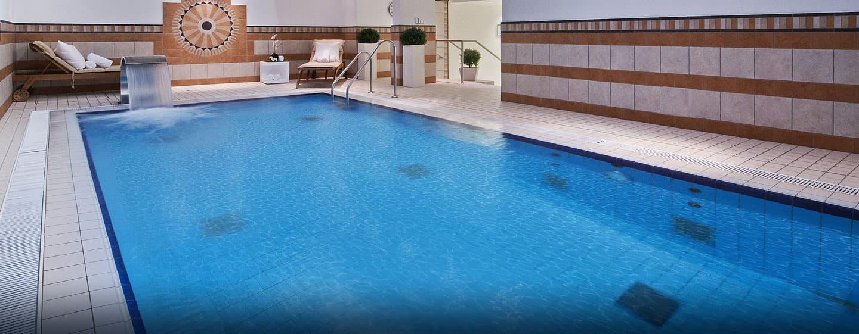 Kom baantjes trekken in het zwembad van het Hilton Munich Park Hotel.