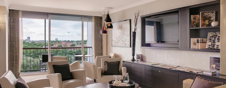 Entspannen Sie auf den Sofas im Executive Zimmer und genießen Sie den Ausblick vom Balkon
