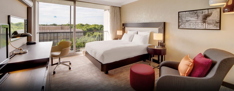 Die Gästezimmer sind hell und mit einem Queen-Size-Bett ausgestattet