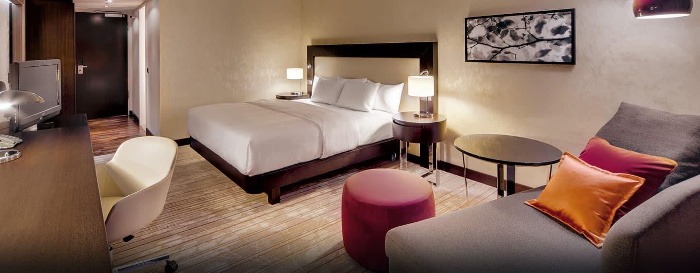 Verblijf in de luxueuze suite met kingsize bed en maak gebruik van het handige bureau of kijk lekker televisie